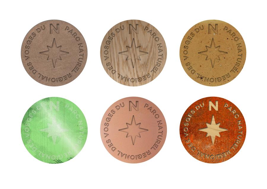 Déclinaison du médaillon en six matériaux différents : grès, bois, céramique, verre, acier...